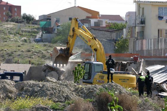 Derribo de una vivienda en el asentamiento de La Cañada Real Galiana.