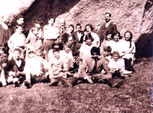 En La Pedriza 1923. Prof. Sr. Cossío, Don José Ontañón, Don José Giner, Don Martín Navarro y alumnos. www.colectivoginer.com