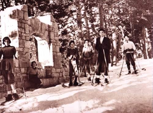 Alumnos en la Fuente de los Geólogos en 1933 -Sierra de Guadarrama- Cercedilla. Fuente: www.colectivoginer.com