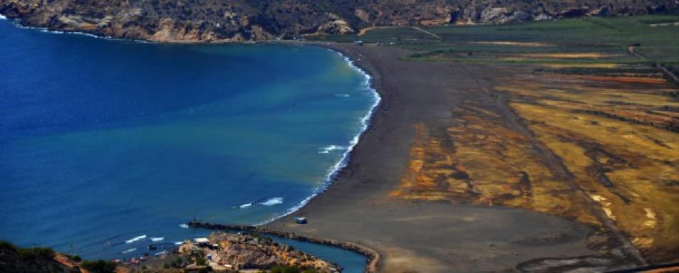 Estado actual de la bahía en la que se aprecian los diferentes tonos de los sedimentos mineros que la colmatan.