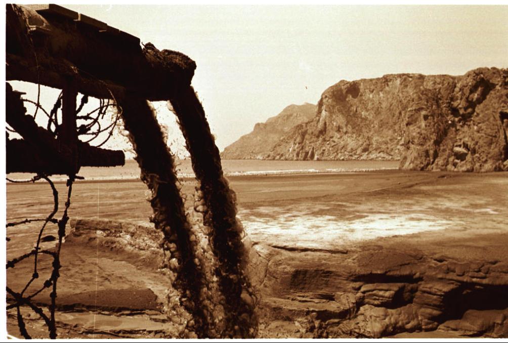 Vista de una de las tuberías por las que se vertían los desechos al mar.